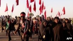 Des shiites musulmans marchent avec des drapeaux de leur mouvement lors d'un défilé de commémoration dans le village de Dakasoye, dans le nord du Nigeria, 27 novembre 2015.