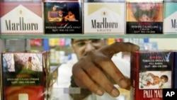 Menurut James Thrasher, wani mai sayar da cigari a lokacin da yake dauko kwalayen cigari masu dauke da zannen illar cigari, a jami'ar South Carlina, (foto: Dok).
