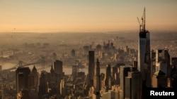Esta es la pieza final del nuevo World Trade Center en Nueva York. Es la aguja que corona una de las torres en el Centro Mundial de Comercio.