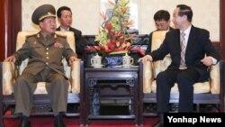 북한 김정은 국방위 제1위원장의 특사 자격으로 22일 중국을 방문한 최룡해(왼쪽) 인민군 총정치국장이 베이징에서 왕자루이 중국 공산당 대외연락부장과 환담하고 있다.