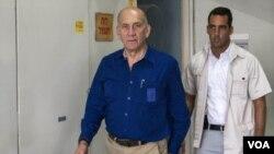 ທ່ານ Ehud Olmert ອະດີດນາຍົກລັດຖະມົນຕີ ອິສຣາແອລ (ຊ້າຍ)