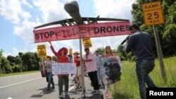 지난 6월 미국 버지니아 랭리의 중앙정보국 입구에서 미국의 무인기 공격에 반대하는 시위가 벌어졌다. (자료사진)