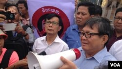 Cambodian National Rescue Party lawmaker Son Chhay accepts petition from some 300 demonstrators preventing the passage of a controversial draft NGO law in front of the National Assembly on June 23, 2015. (Neou Vannarin/VOA Khmer)