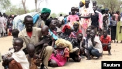 Residents displaced due to the recent fighting between government and rebel forces in the Upper Nile capital Malakal wait at a World Food Program (WFP) outpost where thousands have taken shelter in Kuernyang Payam, South Sudan, May 2, 2015.