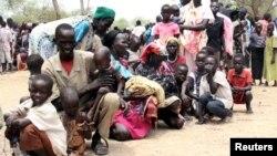 Des habitants déplacés à cause de la résurgence des violences entre le gouvernement et les forces rebelles attendent au World Food Program (WFP) à Kuernyang Payam, Soudan du sud, le 2 mai 2015.