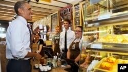 Presiden AS Barack Obama mencoba kopi Ethiopia di kedai Parkville Coffee dalam kunjungan kejutan sepanjang Main Street di Parkville, Missouri, 2014. (AP/Jacquelyn Martin)