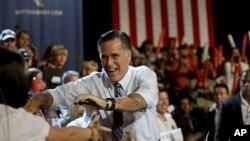 Ông Mitt Romney chào những người ủng hộ
