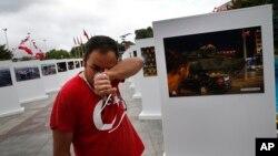 Savas Altay menangis saat mengunjungi pameran yang menunjukkan berbagai foto kudeta 15 Juli 2016 yang gagal.