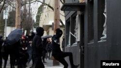Người biểu tình đập phá trụ sở Đảng Dân chủ ở Portland, Oregon hôm 20/1