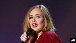 La edición de diciembre de Vanity Fair trae una extensa entrevista a Adele .