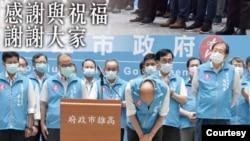 罷免投票已成定局後,韓國瑜率一級主管向民眾和他的執政團隊鞠躬道謝。(照片來自韓國瑜臉書)