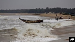 印度發佈了特強氣旋的紅色警報﹐人們將小船拉回岸上