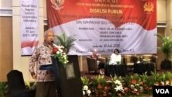 Mantan Rektor Universitas Islam Negeri Syarif Hidayatullah Jakarta, Azyumardi Azra (kiri) berbicara dalam acara seminar tentang radikalisme di kampus PTN dan dampaknya bagi masa depan di Jakarta, Selasa (7/10). (Foto: VOA/Fathiyah)