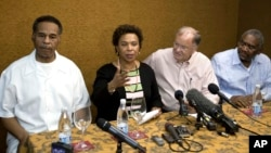 """La congresista Barbara Lee, centro, dijo que a su regreso comunicará a la Casa Blanca que """"es el momento que ambos países adopten un compromiso serio para entrar en negociaciones""""."""