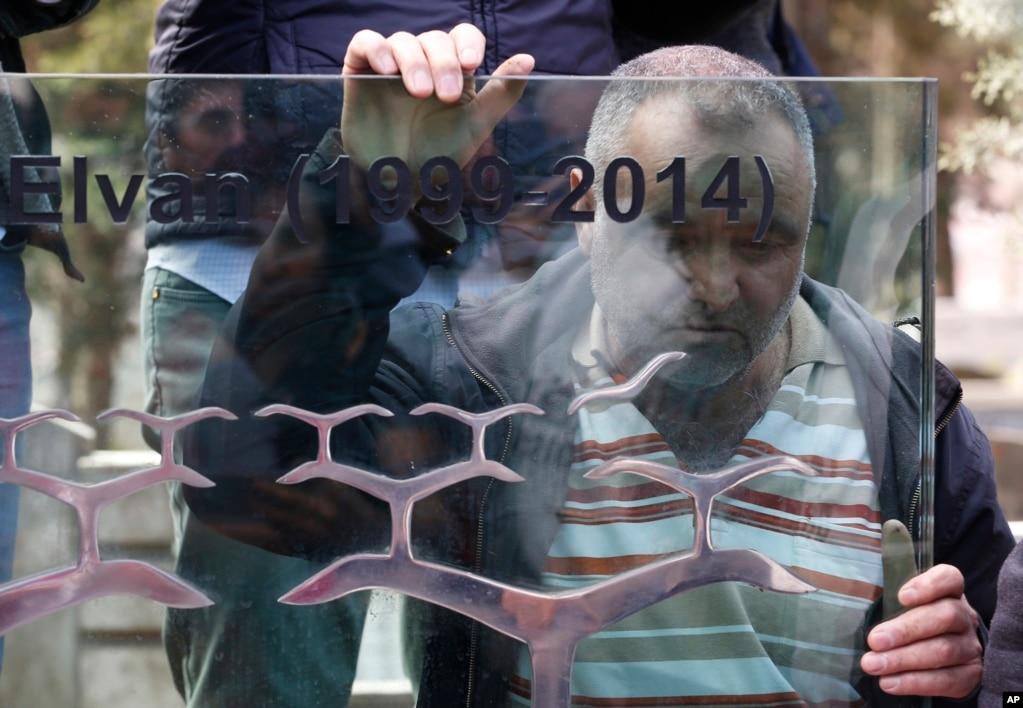 터키 이스탄불에서 베르킨 앨런이 사망한 지 5주년을 기념하는 추모행사가 열린 가운데 남성이 그의 무덤 앞에 앉아 죽음을 애도하고 있다. 지난 2014년 빵을 사러 간 14살 소년 베르킨 엘반은 반정부 시위가 한창이던 장소에서 경찰이 쏜 최루탄에 맞아 사망했다.