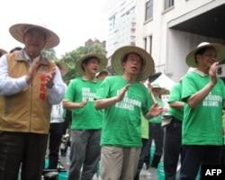 示威行动发起者谢长廷(中)