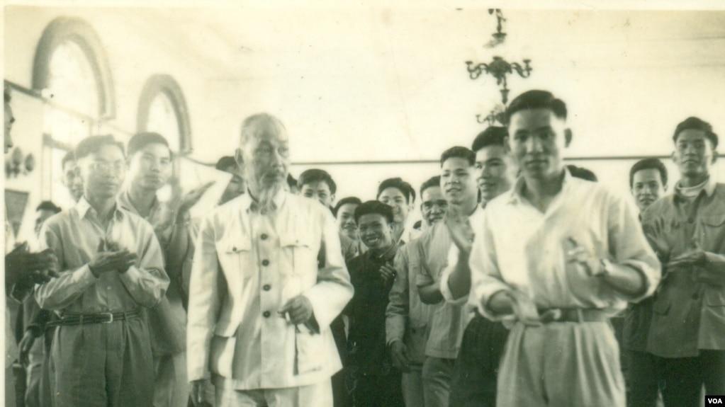 Ông Đoàn Sự (hàng đầu bên phải) và Hồ Chí Minh tại Bắc Kinh năm 1957. Ảnh do Đại tá Đoàn Sự cung cấp.