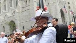 Seorang pria memainkan bila dalam Parade Paskah tahunan dan Festival Bonnet di sepanjang Fifth Avenue di New York, AS tanggal 16 April 2017 (foto: REUTERS/Shannon Stapleton)