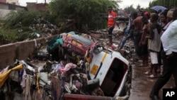 Des voitures, emportées par les fortes pluies, se sont entassées à proximité d'une station-service où un incendie a tué au moins 150 personnes à Accra, au Ghana, le 4 Juin 2015