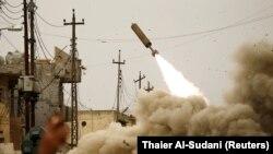 Anggota respon cepat Irak menembakkan rudal ke militan ISIS selama pertempuran dengan militan di Mosul, Irak, pada 11 Maret 2017. (Foto: REUTERS/Thaier Al-Sudani)