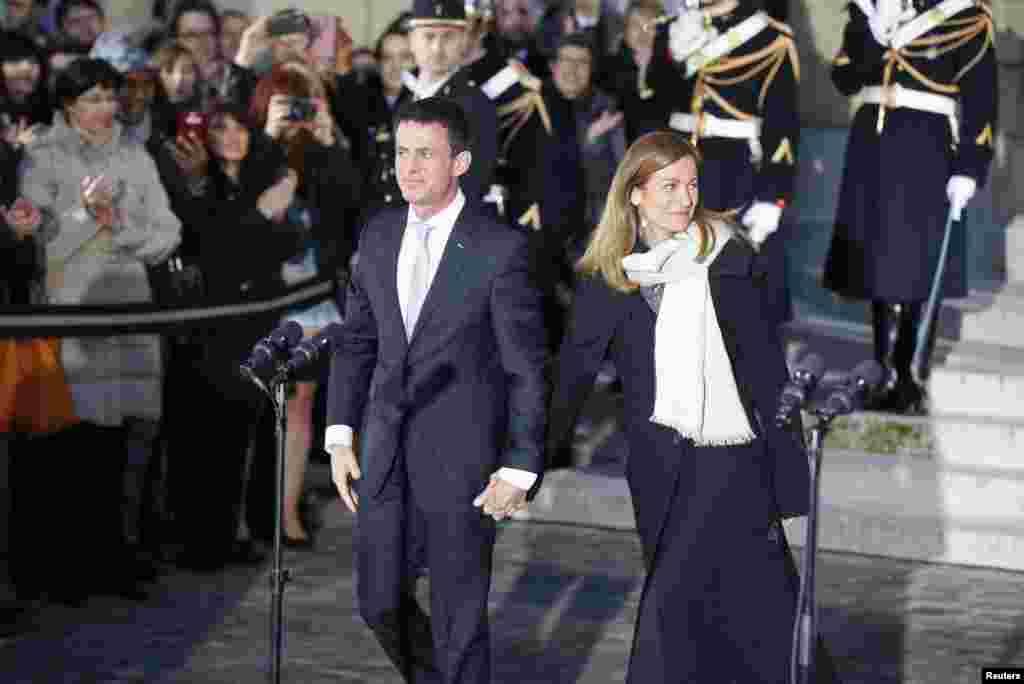 مانوئل والس، نخست وزیر سابق فرانسه، همراه با همسرش، محل مراسم تنفیذ و تحلیف نخست وزیری در هتل ماتینیون در پاریس را ترک میکنند. مانوئل والس روز سه شنبه استعفا خود از مقامنخست وزیر فرانسهرا اعلام کرد و گفت که قصد دارد برای ریاست جمهوری نامزد شود.