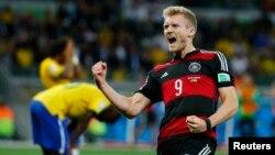8일 브라질에서 열린 월드컵 4강전 브라질 대 독일의 경기에서 독일 안드레 쉬를레가 독일의 6번째 득점을 올린 후 환호하고 있다. 뒤로 망연자실한 브라질 수비진의 모습이 보인다.