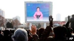 6일 북한 평양 기차역 광장에서 주민들이 4차 핵실험 실시 관련 발표를 보고 있다.