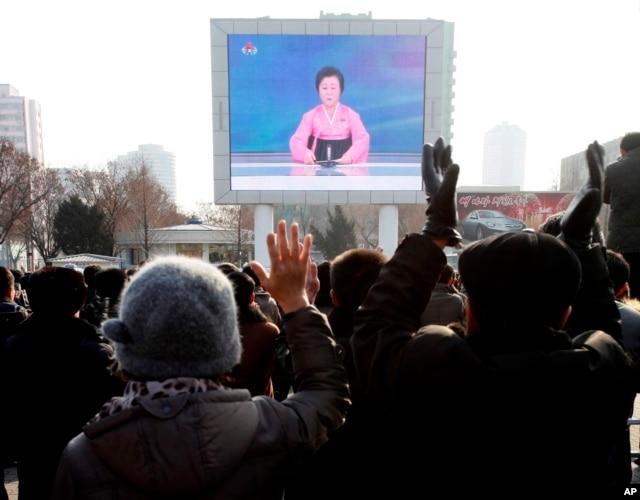 Dân Bắc Triều Tiên theo dõi chương trình tin tức bên ngoài ga xe lửa Bình Nhưỡng, ngày 6/1/2016.