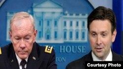 جاش ایرنست، معاون سخنگوی قصر سفید و جنرال مارتن دمپسی، لوی درستیز قوای مسلح ایالات متحده