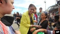 2013年11月13日联合国人道援助主管阿莫斯到达菲律宾之后在机场与灾民交谈。