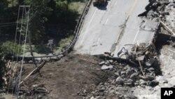 """被飓风""""艾琳""""毁坏的佛蒙特州吉灵顿地区的4号路"""