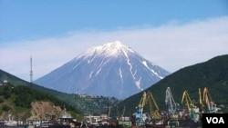 Gunung di semenanjung Kamchatka, Rusia.