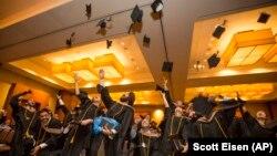 Sinh viên tung mũ trong lễ tốt nghiệp trường Kinh doanh Quốc tế Hult ở Cambridge, Massachusetts.