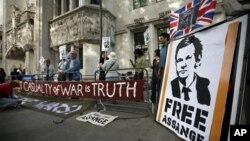 Para pendukung pendiri Wikileaks Julian Assange berunjuk rasa di depan Mahkamah Agung di London, Rabu (30/5).