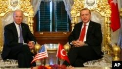 Presiden Turki Recep Tayyip Erdogan (kanan) menerima kunjungan Wapres AS Joe Biden di Istanbul 23 Januari tahun 2016 (foto: dok).
