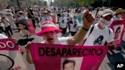 Các bà mẹ, người thân và bạn bè diễu hành với biểu ngữ và áp phích với hình ảnh người thân bị mất tích tại Mexico City.