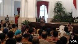 Presiden Joko Widodo bertemu Kepala Badan Pengawas Pemilu (Bawaslu) seluruh Indonesia, di Istana Negara, Selasa 24/2 (foto: VOA/Iris Gera).