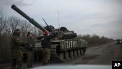 Một binh sĩ Ukraine tại một địa điểm gần Debaltseve, miền đông Ukraine, 8/2/15