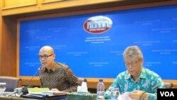 Juru Bicara Kementerian Luar Negeri Arrmanatha Nasir (kiri) dalam jumpa pers di Kementerian Luar Negeri, Jakarta (Foto: VOA/Fathiyah).