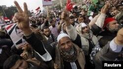 12月14日﹐支持穆爾西總統的穆斯林兄弟會成員在開羅解放廣場舉行示威。
