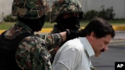 """Joaquin """"El Chapo"""" Guzman, en menottes dans les mains de la marine mexicaine le 22 février 2014, Mexico City, Mexique."""