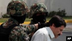 """El """"Chapo"""" Guzmán, esposado, es escoltado a un helicóptero de la Armada mexicana en México en febrero de 2014."""