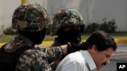 Gembong Narkoba Meksiko Joaquin Guzman (berbaju putih) dikawal tentara saat ditangkap di Mexico City, 22 Februari 2014. (Foto: dok).