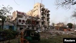 Hiện trường vụ nổ bom xe tự sát bên ngoài khách sạn Ambassador tại thủ đô Mogadishu, Somalia, ngày 1 tháng 6 năm 2016.