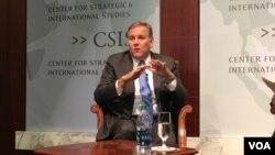 美國眾議院前情報委員會主席邁克·羅傑斯(Mike Rogers)星期四( 12月1日)在戰略與國際研究中心(CSIS)的一個研討會上,討論川普政府在國家安全方面應該注重的戰略重點。(美國之音斯洋拍攝)