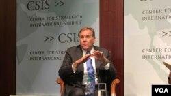 美国众议院前情报委员会主席迈克·罗杰斯(Mike Rogers)星期四( 12月1日)在战略与国际研究中心(CSIS)的一个研讨会上,讨论川普政府在国家安全方面应该注重的战略重点。(美国之音斯洋拍摄)