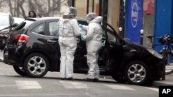 La policía está buscando a dos hermanos de la región de París, Said y Cherif Kouachi, ambos franceses.