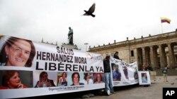 Hình minh họa - Những người biểu tình yêu cầu trả tự do cho nhà báo được cho là đã bị bắt làm con tin, Colombia, ngày 25 tháng 5 năm 2016.
