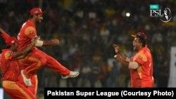 اسلام آباد یونائیٹڈ کے کھلاڑی خوشی کا اظہار کر رہے ہیں