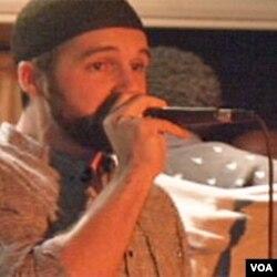 Cyrus McGoldrick, penyanyi rap yang Muslim.